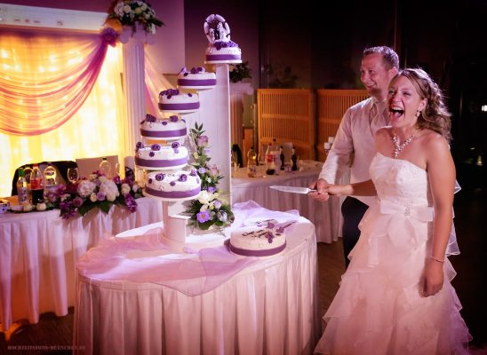 Hochzeitsreportage 20: Freude beim Anschneiden der Hochzeitstorte