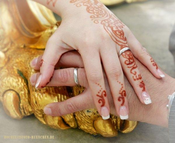 Hochzeit-Accessoires 06: Hände eines Hochzeitspaares mit Trauringen