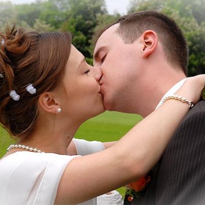 Hochzeitskuss im Park Schloß Nymphenburg