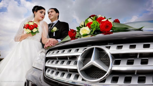 Fotoshooting Hochzeit 15: Brautpaar mit Mercedes