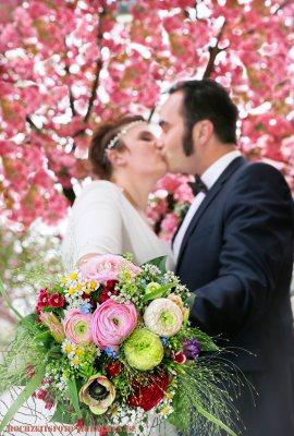Hochzeit-Accessoires 15: Brautpaar mit bunten Brautstrauß