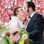 Brautpaar mit bunten Brautstrauß
