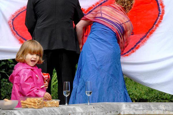 Ein Mädchen feiert bei einer Hochzeit