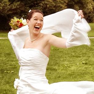 Preise für Hochzeitsfotos: Glückliche Braut lacht beim Hochzeitsfotoshooting