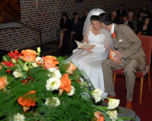 Hochzeitskuss bei der kirchlichenTrauung
