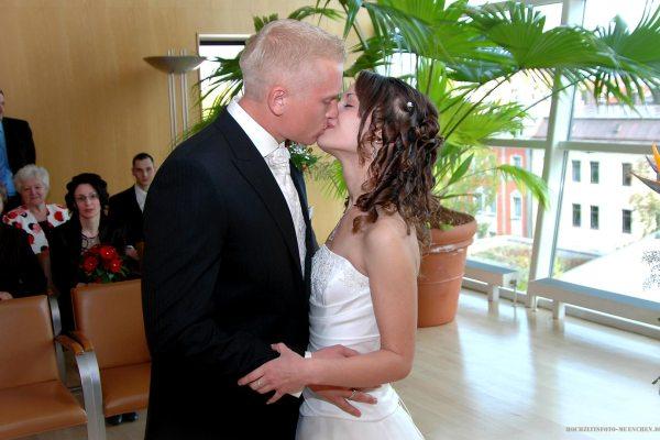 Brautpaar-Kuss im Standesamt KVR