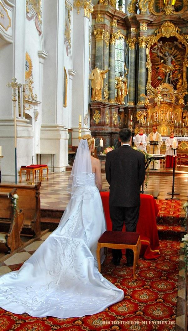 Trauungsfotos 04: Das Brautpaar in der Kirche