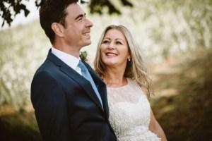 Unterwegs alsHOchzeitsfotograf in Vettweiß , Braut schaut fröhlich zum Bräutigam