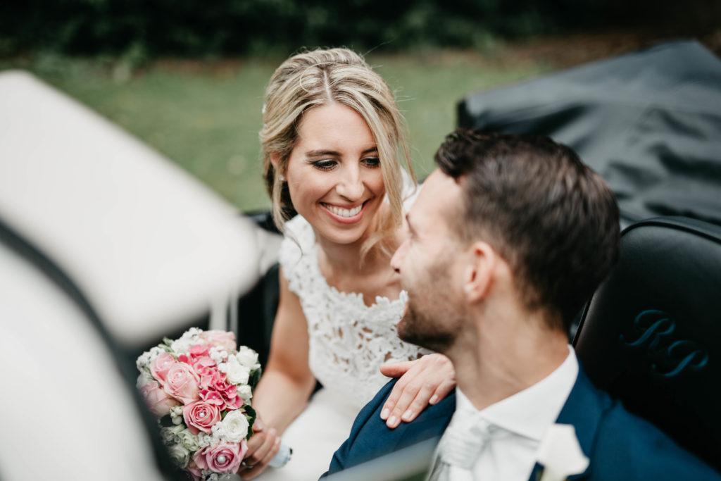Hochzeitsfotografie - Brautpaar in Oldtimer