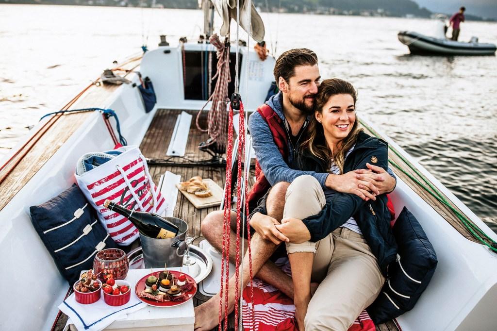 Den magischen Moment bei einer Bootstour im Mondschein erleben: Dabei geht es durch die schönsten Landschaften Deutschlands, auf die man vom Wasser aus eine ganz spezielle Perspektive genießt.