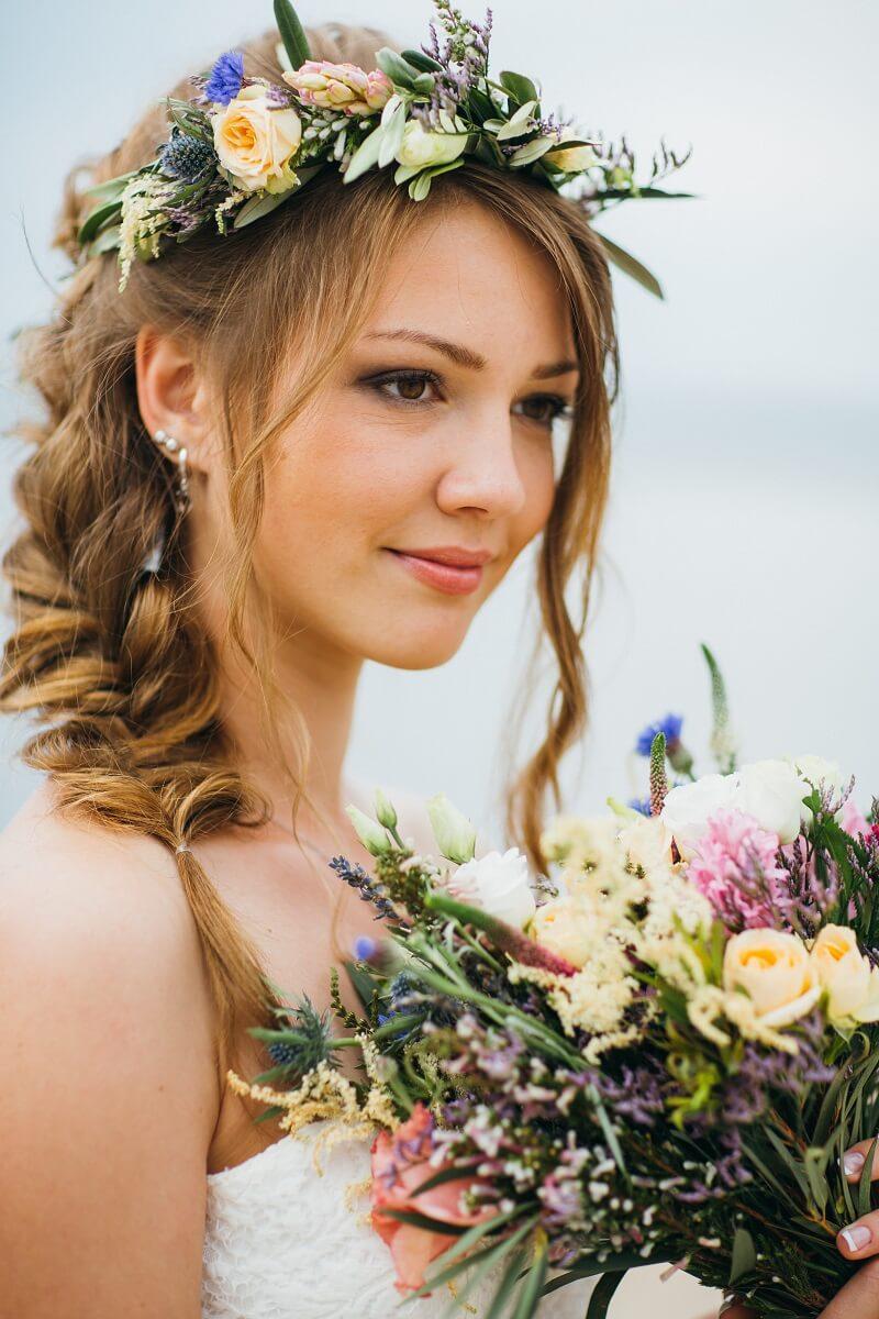Brautfrisuren mit Blumen  28 Ideen fr Blumen im Haar
