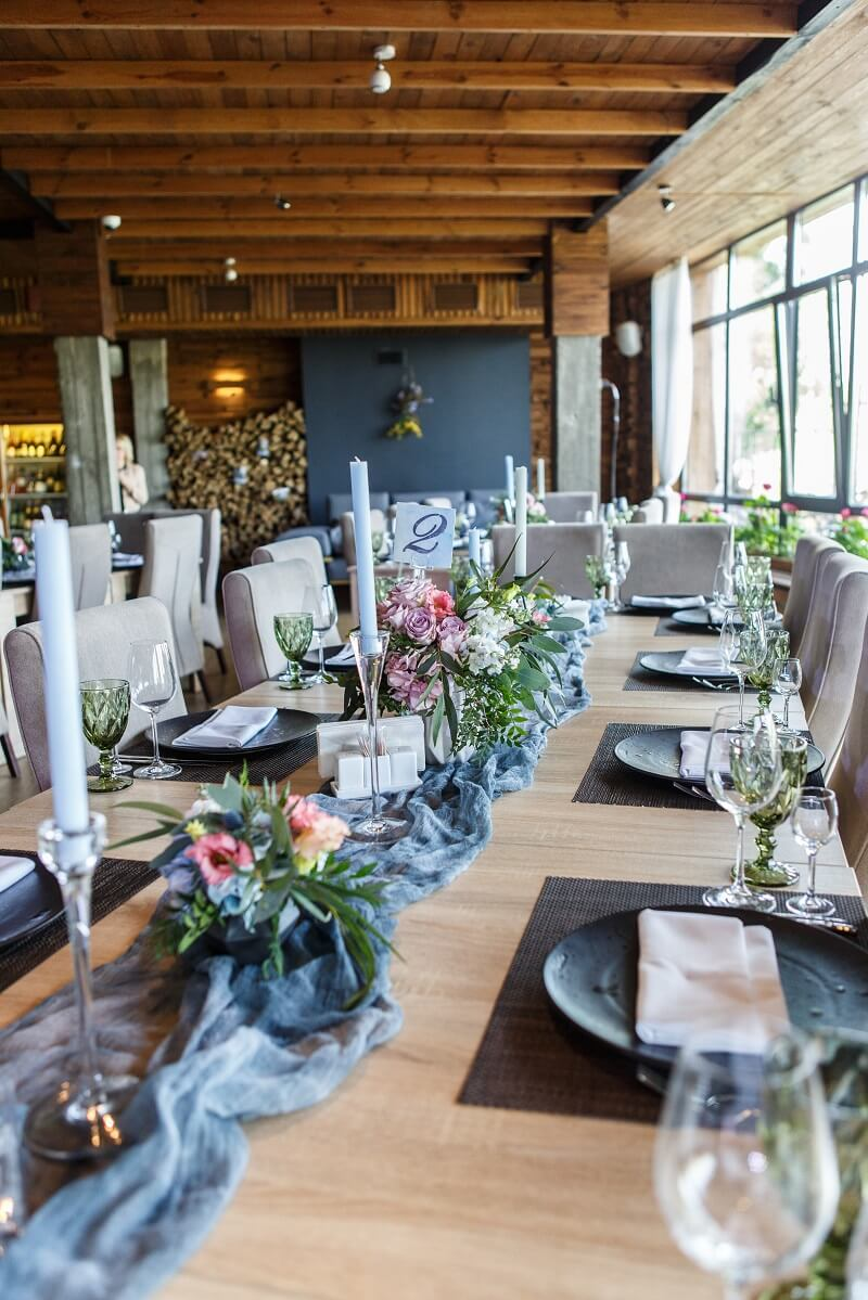 Eisblau ksst Lavendel auf einer eleganten Urban Chic Hochzeit