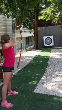 Lisa testar att skjuta pilbåge