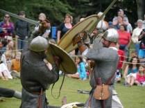 Les combats évoluent ensuite au corps-à-corps / Fights then become hand-to-hand
