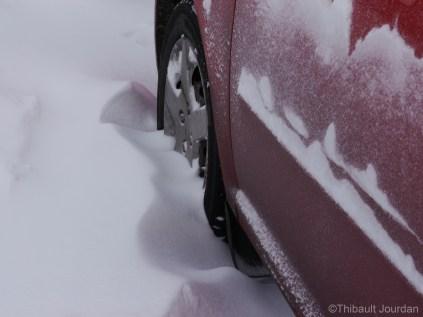 Après une petite tempête, il n'est pas rare de retrouver sa voiture avec de la neige jusqu'à la moitié des roues. / After a snowstorm, it is not uncommon to find the car with snow until the middle of the wheels.