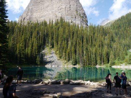 Mirror Lake constitue un arrêt possible dans la montée vers Lake Agnes.