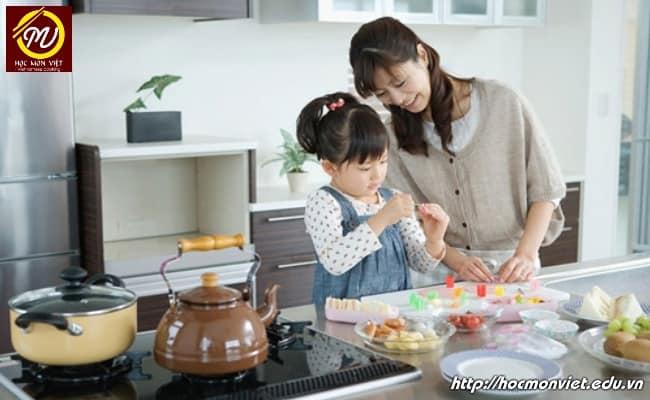 mẹ và con cùng vào bếp chuẩn bị bữa cơm gia đình - Học Món Việt