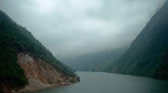 """Đề bài: Viết về dòng sông Đà trong tùy bút """"Người lái đò sông Đà"""", nhà văn Nguyễn Tuân miêu tả:""""có nhiều lúc trông nó thành ra diện mạo và tâm địa một thứ kẻ thù số một"""". Nhưng cũng có khi:""""Con sông Đà gợi cảm. Đối với mỗi người, Sông Đà lại gợi một cách. Đã có lần tôi nhìn sông Đà như một cố nhân"""""""