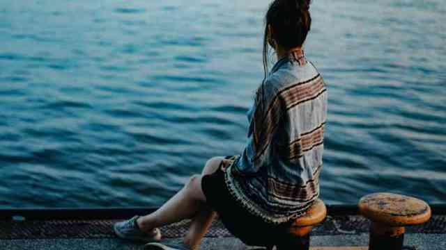 海を眺めている女性