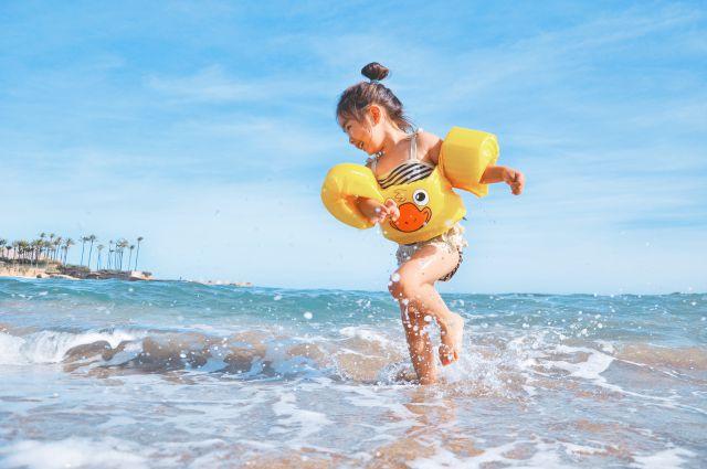 海で遊んでいる子ども