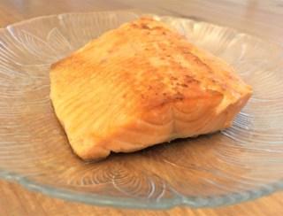 十得鍋で塩鮭を焼く