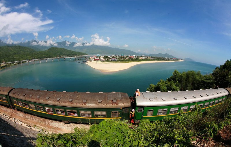 Train from Danang to Hue city