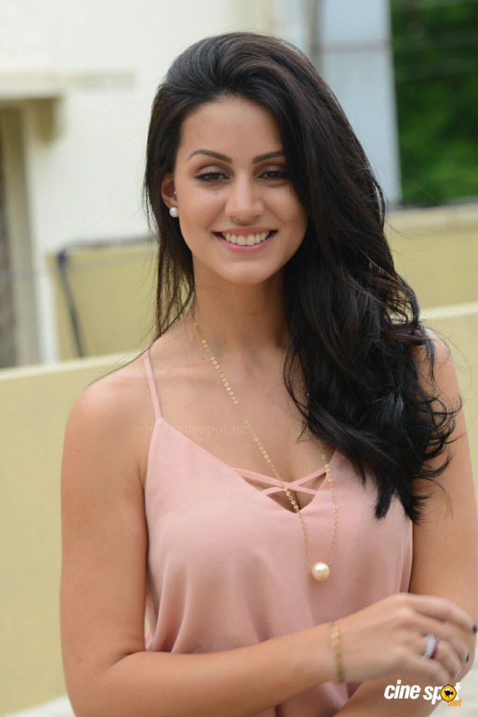 Larissa Bonesi Wiki, Age, Biography, Movies, and Beautiful Photos 128