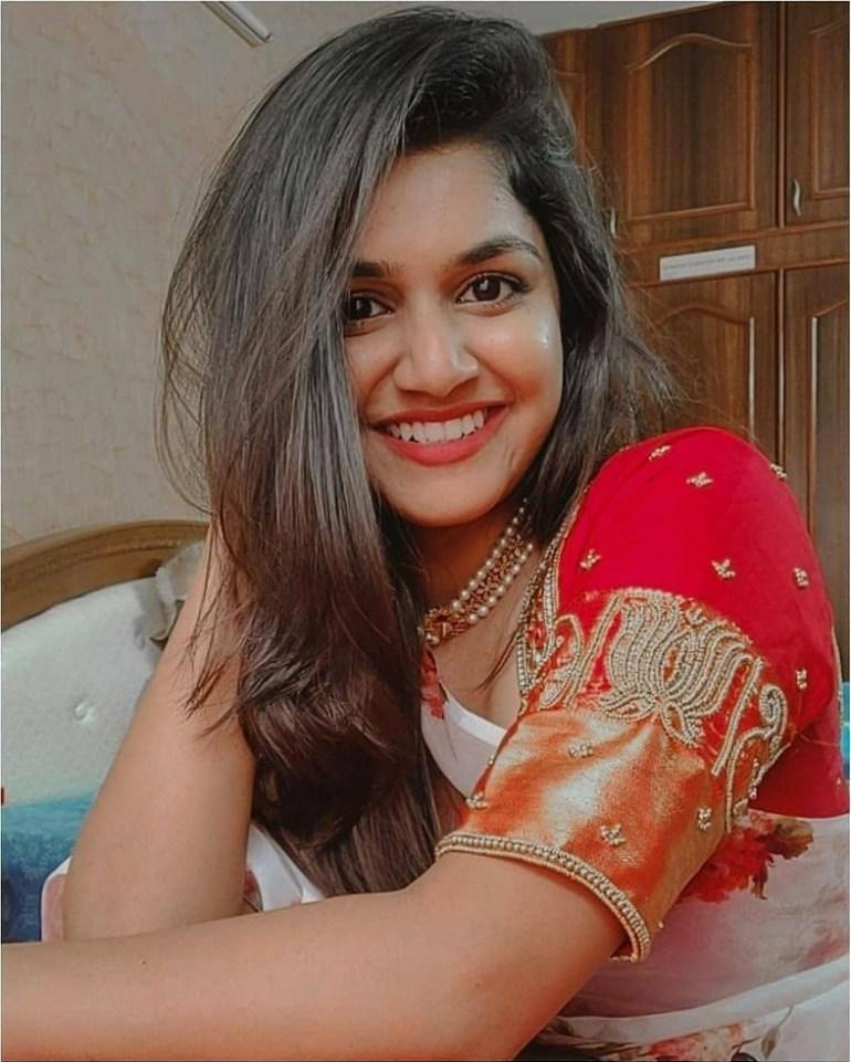 21+ Beautiful Photos of Sanjana Anand 121
