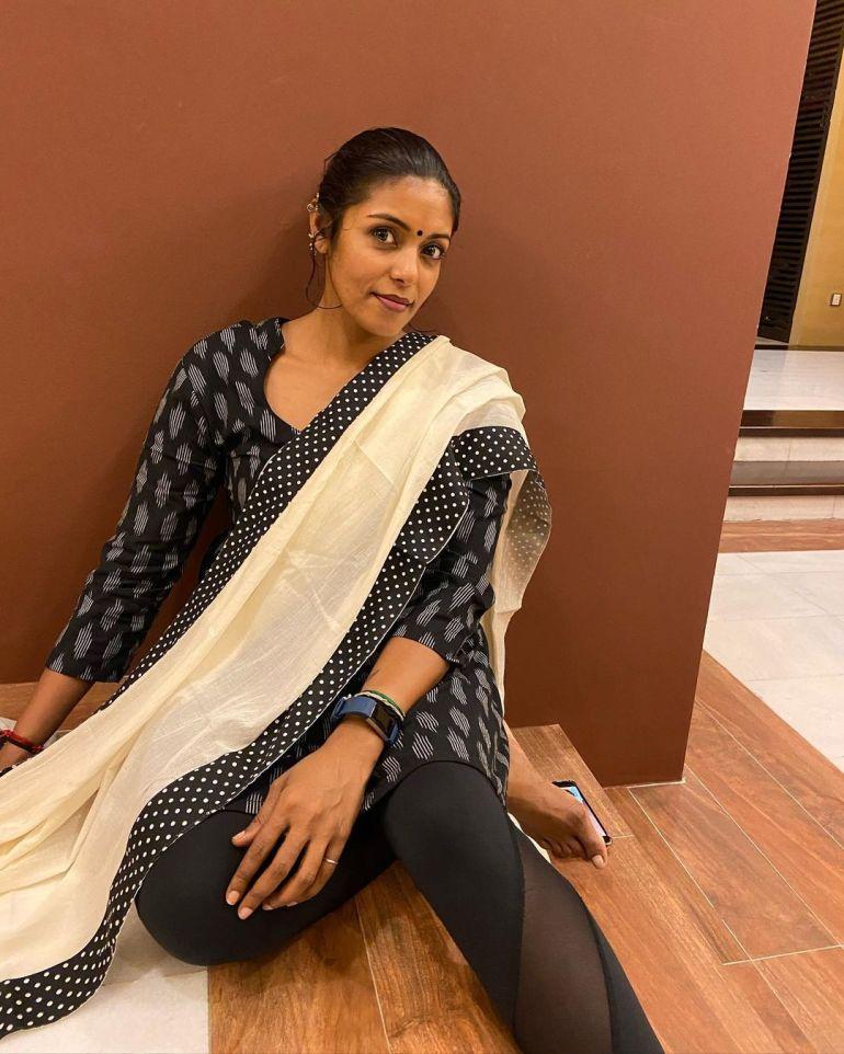 Sandhya Manoj (Malayalam Big Boss Contestant) Wiki, Age, Biography, and Beautiful Photos 109
