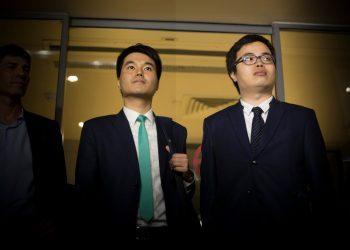 Sulu Sou e Scott Chiang à saída do tribunal