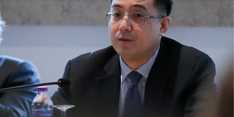 O embaixador da República Popular da China, Cai Run (D), ladeado pelo presidente da Fundação Oriente, Carlos Monjardino (E), intervém na abertura da conferência sobre os 40 anos de relações diplomáticas entre Portugal e China, no Museu do Oriente, em Lisboa, 08 de fevereiro de 2019. TIAGO PETINGA/LUSA