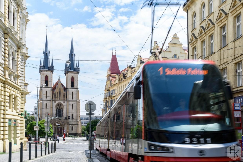 Straßenbahn in Prag und im Hintergrund eine Kirche