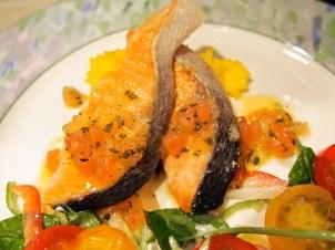 昆布森産、時鮭のシンプルなポワレ、サフラン風味のリゾット鮮やかなトマトソースと野菜飾り