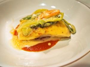 平目のポシェ、飾り野菜とベアルネーズソース焼き、クラシックな二色のソース