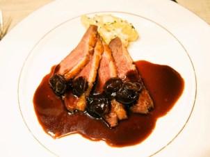 マグレ鴨胸肉のロースト、葡萄のソース、シャトー・ポテトのベニション風