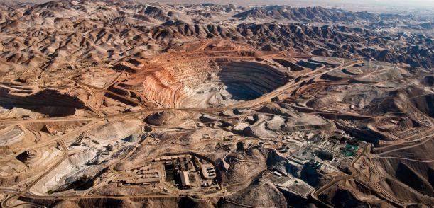 鉱山開発で自然が破壊され緑が消えた実例