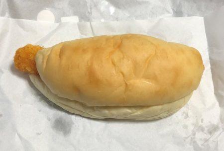 エビフライが少しはみ出したコッペパン