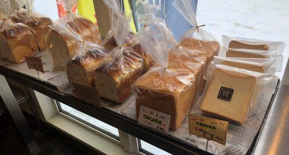商品棚にある食パン