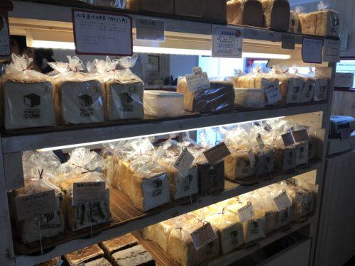 角食キューブの食パンの商品棚