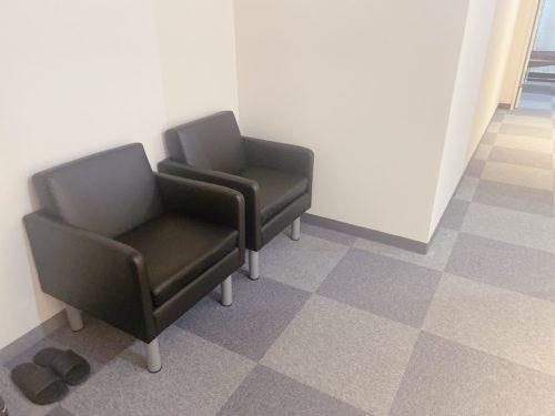 さっぽろ美容クリニック大通院の待合室のシングルソファー2つ