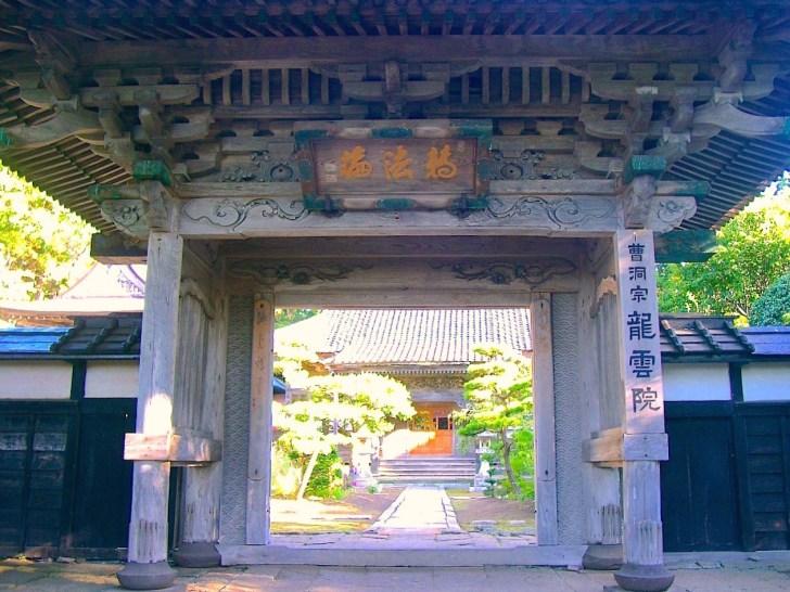 龍雲院の山門。見事な彫刻に注目を