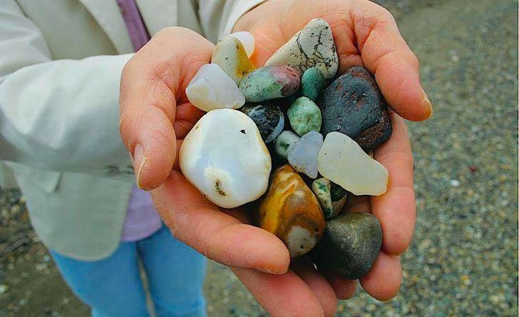 アラハマワンドの海岸で拾った石。メノウは羅臼・松法川などで産するものと推測