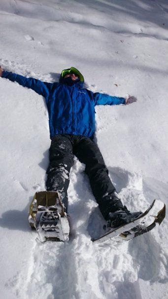 雪の上でゴロン…