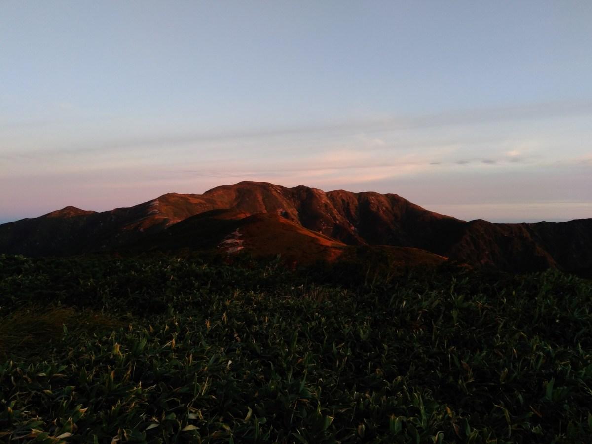 朝日連峰・夕日に映える以東岳