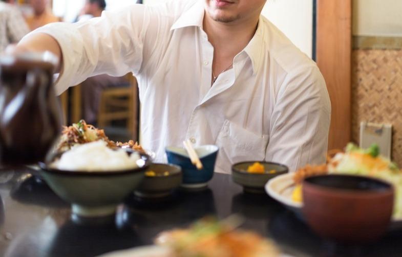 定食屋でとんかつを食べるドイツ人ハーフ [モデル:Max_Ezaki]