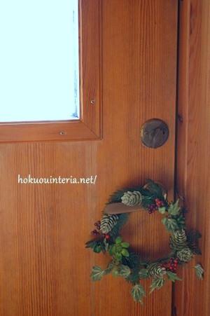 玄関にクリスマスリースを飾る