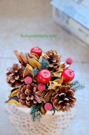 木の実で手作りのクリスマスアレンジ