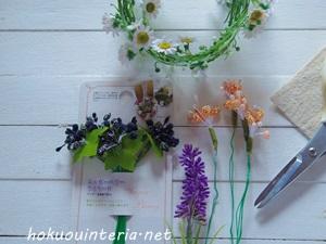 額を造花で飾るインテリア雑貨