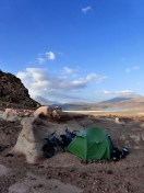 Nach einer eisigen Nacht: Campspot mit Blick über Laguna Hedionda