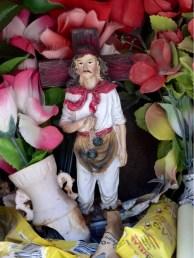 Auch andere beschützen in kleinen Altaren am Strassenrand den Reisenden. Allen voran 'Gauchito Antonio Gil'
